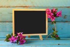 Κενός πίνακας δίπλα στα όμορφα πορφυρά μεσογειακά θερινά λουλούδια Τρύγος που φιλτράρεται διάστημα αντιγράφων Στοκ φωτογραφία με δικαίωμα ελεύθερης χρήσης
