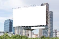 Κενός πίνακας διαφημίσεων έτοιμος για τη νέα διαφήμιση με την άποψη πόλεων backg στοκ φωτογραφία με δικαίωμα ελεύθερης χρήσης