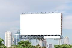 Κενός πίνακας διαφημίσεων έτοιμος για τη νέα διαφήμιση με την άποψη πόλεων backg στοκ φωτογραφία