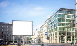 Κενός πίνακας διαφημίσεων για τη δημόσια διαφήμιση στην άκρη του δρόμου Διάστημα για το κείμενο Άνθρωποι και υπόβαθρο πόλεων στοκ φωτογραφία