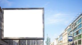 Κενός πίνακας διαφημίσεων για τη δημόσια διαφήμιση στην άκρη του δρόμου Διάστημα για το κείμενο Υπόβαθρο μπλε ουρανού και πόλεων στοκ φωτογραφίες με δικαίωμα ελεύθερης χρήσης