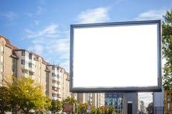 Κενός πίνακας διαφημίσεων για τη δημόσια διαφήμιση στην άκρη του δρόμου Διάστημα για το κείμενο Υπόβαθρο μπλε ουρανού και πόλεων στοκ εικόνα με δικαίωμα ελεύθερης χρήσης