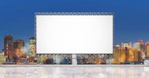 Κενός πίνακας διαφημίσεων για τις διαφημίσεις, με το υπόβαθρο πόλεων στοκ φωτογραφίες με δικαίωμα ελεύθερης χρήσης