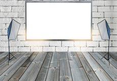 Κενός πίνακας διαφημίσεων με με τα φω'τα στούντιο στο ξύλινο πάτωμα στον τοίχο στοκ φωτογραφία με δικαίωμα ελεύθερης χρήσης