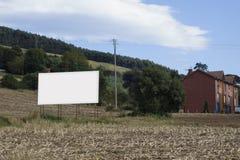 Κενός πίνακας διαφημίσεων σε μια πλοκή στοκ φωτογραφία με δικαίωμα ελεύθερης χρήσης