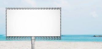 Κενός πίνακας διαφημίσεων διαφημίσεων στην παραλία το καλοκαίρι στοκ φωτογραφία