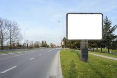 Κενός πίνακας διαφημίσεων στην πλευρά ενός δρόμου, ενός δικράνου ή ενός σταυροδρομιού με το β στοκ εικόνες