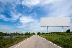 κενός πίνακας διαφημίσεων στο sideway στο πάρκο εικόνα για το διάστημα, τη διαφήμιση, το κείμενο και το αντικείμενο αντιγράφων στοκ εικόνες
