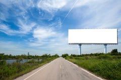 κενός πίνακας διαφημίσεων στο sideway στο πάρκο εικόνα για το διάστημα, τη διαφήμιση, το κείμενο και το αντικείμενο αντιγράφων στοκ φωτογραφίες