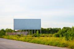 κενός πίνακας διαφημίσεων στο sideway στο πάρκο εικόνα για το διάστημα, τη διαφήμιση, το κείμενο και το αντικείμενο αντιγράφων άσ στοκ φωτογραφία