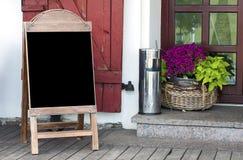 Κενός πίνακας επιλογών στην είσοδο εστιατορίων Στοκ εικόνες με δικαίωμα ελεύθερης χρήσης