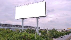 Κενός πίνακας διαφημίσεων έτοιμος για τη νέα διαφήμιση με το μπλε ουρανό backgr στοκ εικόνα
