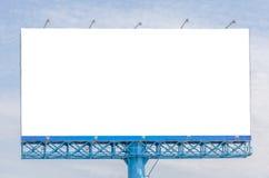 Κενός πίνακας διαφημίσεων έτοιμος για τη νέα διαφήμιση με το υπόβαθρο ουρανού στοκ εικόνες