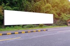 κενός πίνακας διαφημίσεων έτοιμος για τη νέα διαφήμιση στην πράσινη ζώνη πάρκων Στοκ Εικόνα