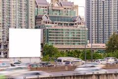 Κενός πίνακας διαφημίσεων έτοιμος για τη νέα διαφήμιση στο δρόμο με την πόλη VI στοκ εικόνα με δικαίωμα ελεύθερης χρήσης