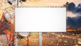 Κενός πίνακας διαφημίσεων για τη διαφήμιση στο ηλιοβασίλεμα πόλεων με τον πύργο τηλεπικοινωνιών στοκ εικόνες με δικαίωμα ελεύθερης χρήσης