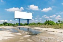 Κενός πίνακας διαφημίσεων μια φωτεινή μπλε ημέρα έτοιμη Στοκ Εικόνες