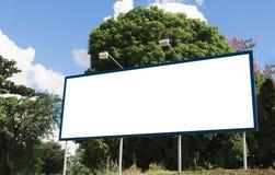 Κενός πίνακας διαφημίσεων μπροστά από τον όμορφο νεφελώδη ουρανό Στοκ Εικόνες