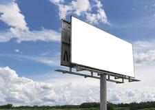 Κενός πίνακας διαφημίσεων μπροστά από τον όμορφο νεφελώδη ουρανό Στοκ Φωτογραφία