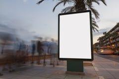 Κενός πίνακας διαφημίσεων σε ένα μονοπάτι Στοκ Φωτογραφία