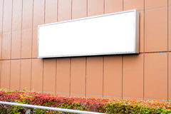 Κενός πίνακας διαφημίσεων στην οικοδόμηση του τοίχου Στοκ Εικόνα