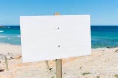 Κενός πίνακας διαφημίσεων στην παραλία στοκ εικόνες