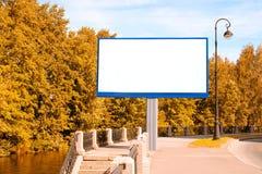 Κενός πίνακας διαφημίσεων στην πόλη φθινοπώρου Στοκ εικόνες με δικαίωμα ελεύθερης χρήσης