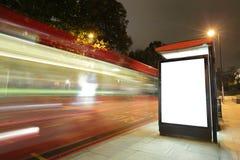 Κενός πίνακας διαφημίσεων στη στάση λεωφορείου Στοκ Φωτογραφίες