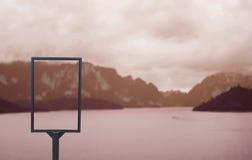 Κενός πίνακας διαφημίσεων στη φύση Στοκ φωτογραφία με δικαίωμα ελεύθερης χρήσης