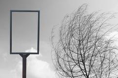 Κενός πίνακας διαφημίσεων στη φύση Στοκ Εικόνες