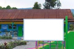 κενός πίνακας διαφημίσεων στον πράσινο τομέα πάρκων στη ζώνη πάρκων πόλεων Στοκ εικόνες με δικαίωμα ελεύθερης χρήσης