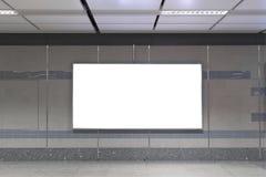 Κενός πίνακας διαφημίσεων στον υπόγειο Χρήσιμος για τη διαφήμισή σας στοκ εικόνες
