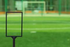 Κενός πίνακας διαφημίσεων στο αγωνιστικό χώρο ποδοσφαίρου που θολώνεται Στοκ Εικόνες