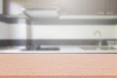Κενός πίνακας και θολωμένο υπόβαθρο κουζινών, επίδειξη montage προϊόντων στοκ εικόνες
