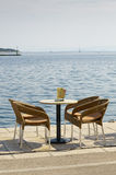 Κενός πίνακας και τέσσερις καρέκλες Στοκ φωτογραφία με δικαίωμα ελεύθερης χρήσης