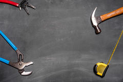Κενός πίνακας κιμωλίας με τα εργαλεία Στοκ Εικόνες