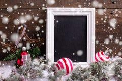 Κενός πίνακας, σφαίρες Χριστουγέννων και δέντρο γουνών κλάδων σε ηλικίας Στοκ Φωτογραφία