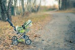 Κενός περιπατητής μωρών που αφήνεται σε ένα πάρκο την ημέρα φθινοπώρου Στοκ Εικόνα