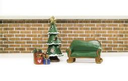 Κενός πράσινος μακρύς πάγκος κοντά στο χριστουγεννιάτικο δέντρο και τα δώρα Στοκ φωτογραφίες με δικαίωμα ελεύθερης χρήσης
