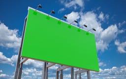 Κενός πράσινος πίνακας διαφημίσεων για τη διαφήμιση στο νεφελώδη μπλε ουρανό, τρισδιάστατο ρ Στοκ εικόνες με δικαίωμα ελεύθερης χρήσης