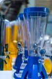 Κενός πύργος μπύρας ή ποτών, dispencer ή εμπορευματοκιβώτιο στο μπλε Στοκ φωτογραφία με δικαίωμα ελεύθερης χρήσης
