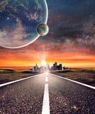 Κενός δρόμος ασφάλτου προς μια πόλη με το υπόβαθρο πλανητών στοκ εικόνα με δικαίωμα ελεύθερης χρήσης