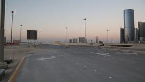 Κενός δρόμος κοντά στην πόλη των φω'των σύνθετων στο νησί Al Reem στο Αμπού Ντάμπι, Ε.Α.Ε. απόθεμα βίντεο