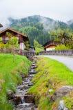 Κενός δρόμος που οδηγεί μέσω της φυσικών επαρχίας, του χιονιού & της ομίχλης στο βουνό Grossglockner, Αυστρία Στοκ εικόνα με δικαίωμα ελεύθερης χρήσης