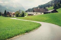 Κενός δρόμος στην Αυστρία που πηγαίνει στο αλπικό χωριό Στοκ εικόνα με δικαίωμα ελεύθερης χρήσης