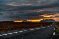 Κενός δρόμος στην Ισλανδία με το νεφελώδη ουρανό πρωινού Τοπίο Πρωί Narure Στοκ εικόνα με δικαίωμα ελεύθερης χρήσης