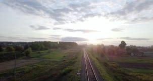 κενός σιδηρόδρομος Ατελείωτος σιδηρόδρομος χωρίς τραίνο στο ηλιοβασίλεμα Κενός άνεμος σιδηρόδρομος δασικό ηλιοβασίλεμα της Ρουμαν φιλμ μικρού μήκους