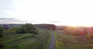 κενός σιδηρόδρομος Ατελείωτος σιδηρόδρομος χωρίς τραίνο στο ηλιοβασίλεμα Κενός άνεμος σιδηρόδρομος δασικό ηλιοβασίλεμα της Ρουμαν απόθεμα βίντεο