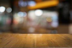 Κενός σκοτεινός ξύλινος πίνακας μπροστά από θολωμένο το περίληψη υπόβαθρο στοκ φωτογραφίες