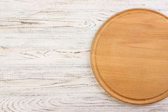 Κενός στρογγυλός τέμνων πίνακας σε μια άσπρη κορυφή κουζινών Στοκ εικόνα με δικαίωμα ελεύθερης χρήσης